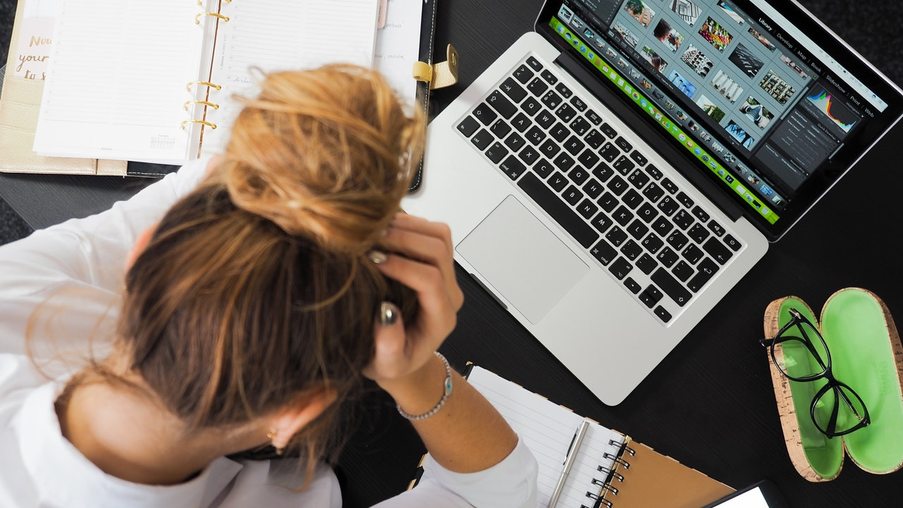 8 Kebiasaan Buruk yang Nyusahin Teman Sekantor - Berpikiran Negatif