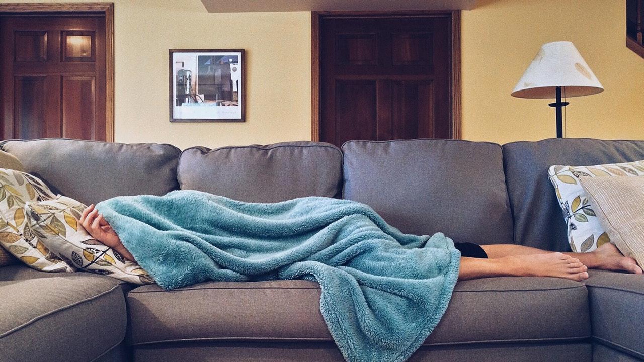8 Kebiasaan Buruk yang Nyusahin Teman Sekantor - Berpura-pura Sakit