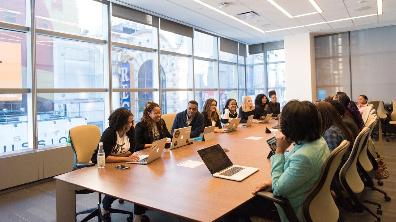 8 Kebiasaan Buruk yang Nyusahin Teman Sekantor - Mengganggu Konsentrasi Disaat Meeting